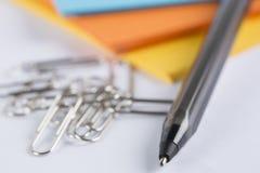 Pilas de documento coloreado sobre una tabla blanca Imagen de archivo libre de regalías