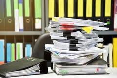 Pilas de documento del documento y de carpeta de ficheros sobre el escritorio de oficina Fotos de archivo