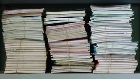 Pilas de documentos en un estante Foto de archivo