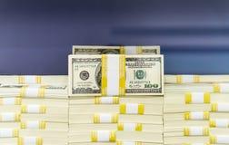 Pilas de efectivo - 100 billetes de dólar Imágenes de archivo libres de regalías