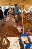 Pilas de fechas, de nueces y de frutas secadas en el mercado Fotografía de archivo