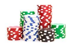 Pilas de fichas de póker incluyendo rojo, negro, blanco y verde fotos de archivo