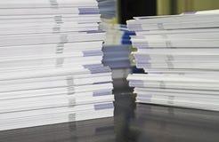 Pilas de folletos del folleto imagen de archivo libre de regalías