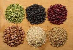 Pilas de guisantes y de lentejas del arroz de las habas Foto de archivo libre de regalías