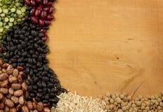 Pilas de guisantes y de lentejas del arroz de las habas Fotografía de archivo