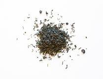 Pilas de hojas de té verdes derramadas Foto de archivo libre de regalías