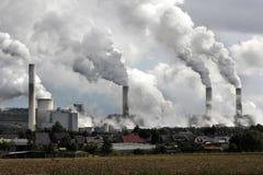 Pilas de humo de la central eléctrica imagenes de archivo