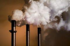 Pilas de humo de la planta del carbón