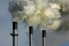 Pilas de humo de la planta del carbón Imagenes de archivo