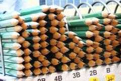 Pilas de lápices en tienda imágenes de archivo libres de regalías