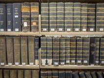 Pilas de la biblioteca jurídica Imágenes de archivo libres de regalías