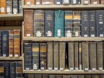 Pilas de la biblioteca jurídica Fotos de archivo