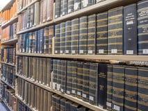 Pilas de la biblioteca jurídica Imagenes de archivo