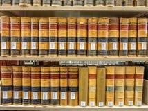 Pilas de la biblioteca jurídica Foto de archivo