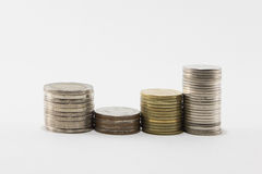 Pilas de la moneda en el fondo blanco imagenes de archivo