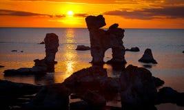 Pilas de la piedra caliza durante puesta del sol en Suecia. Foto de archivo