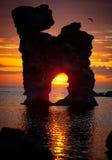 Pilas de la piedra caliza durante puesta del sol en Sweden.GN Imagenes de archivo
