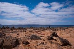 Pilas de la roca en el blanca del playa Imágenes de archivo libres de regalías