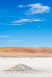 Pilas de la sal debajo de la luna - Atacama imagenes de archivo