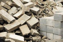 Pilas de ladrillos dañados en emplazamiento de la obra Imagen de archivo libre de regalías