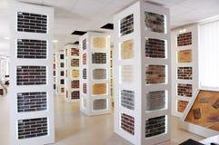 Pilas de ladrillos para la venta Materiales del edificio y de construcción, ladrillos coloreados, pavimentadoras concretas organi fotos de archivo