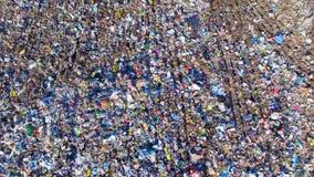 Pilas de las botellas vacías, de los bolsos y del otro plástico en la descarga de basura aéreo almacen de video