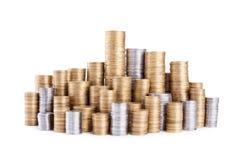 Pilas de las monedas aisladas en blanco Fotos de archivo