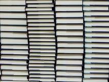 Pilas de libros de tapa dura Fotos de archivo libres de regalías