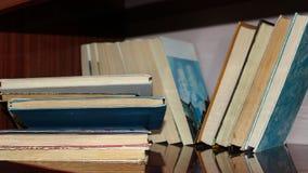 Pilas de libros en el estante Fotos de archivo libres de regalías
