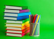 Pilas de libros y del socket coloridos con las plumas del fieltro Foto de archivo libre de regalías