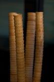 Pilas de los conos de helado en fondo oscuro Imagen de archivo
