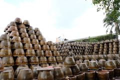 Pilas de macetas de la loza en Ratchaburi, Tailandia Imagen de archivo libre de regalías