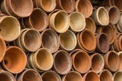 Pilas de macetas de la terracota en una vertiente del rellenado de los jardineros en el jardín botánico Muchos potes de cerámica  fotos de archivo