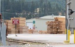 Pilas de madera de construcción en la yarda cargada foto de archivo