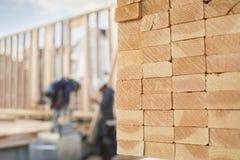 Pilas de madera de construcción en un emplazamiento de la obra Imágenes de archivo libres de regalías
