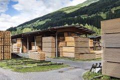 Pilas de madera de construcción en una serrería Fotos de archivo libres de regalías
