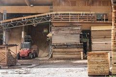 Pilas de madera de construcción en una serrería Imagen de archivo libre de regalías