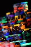 Pilas de microprocesadores coloridos del casino en un fondo negro, foco selectivo imagen de archivo