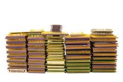 Pilas de microprocesadores viejos de la CPU y de procesadores obsoletos del ordenador aislados en blanco Imágenes de archivo libres de regalías