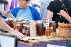 Pilas de miel en el evento al aire libre imagen de archivo