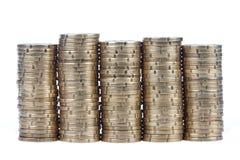 Pilas de monedas, aisladas en blanco Fotos de archivo libres de regalías