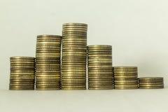 Pilas de monedas de cobre en un fondo blanco foto de archivo