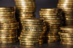 Pilas de monedas de oro en fondo negro Foto de archivo libre de regalías