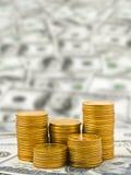 Pilas de monedas en el dinero Fotos de archivo