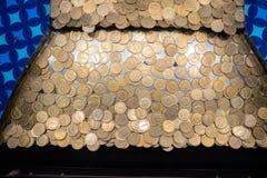 Pilas de monedas en la máquina de la arcada fotografía de archivo