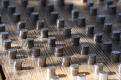 Pilas de monedas en una parada del mercado de Yunnan, China imagen de archivo