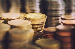 Pilas de monedas euro de oro Imágenes de archivo libres de regalías