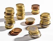 Pilas de monedas euro en diversas denominaciones Imagen de archivo