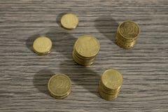 Pilas de monedas euro en una tabla de madera adornada libre illustration