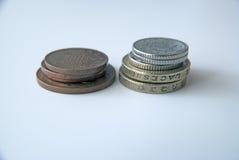2 pilas de monedas inglesas Imágenes de archivo libres de regalías